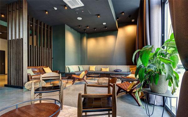 Sảnh khách sạn có bàn ghế cho khách nghỉ ngơi (Schulz Hotels)