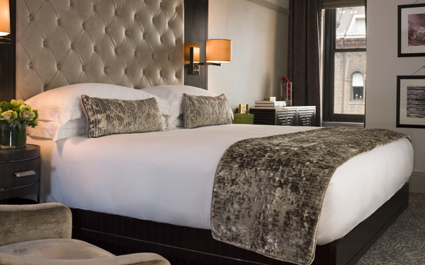 Sự đồng bộ giữa tấm trang trí giường và gối khách sạn tạo cảm giác dễ chịu