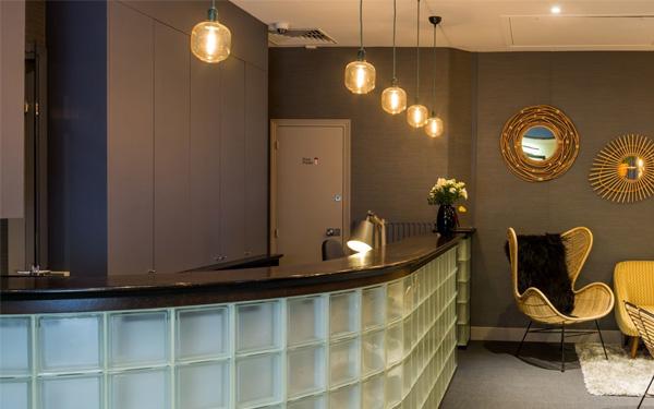 Thiết kế quầy lễ tân ấn tượng và sang trọng của khách sạn Hotel Lodge Paris