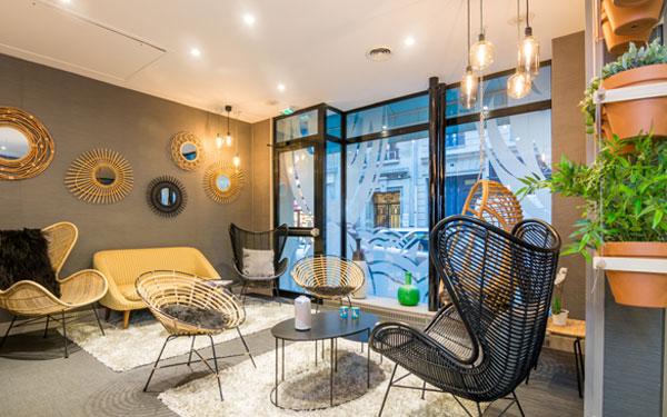 Sắp xếp bàn ghế tiện nghi cho khách hàng nghỉ ngơi tại tiền sảnh (Hotel Lodge Paris)