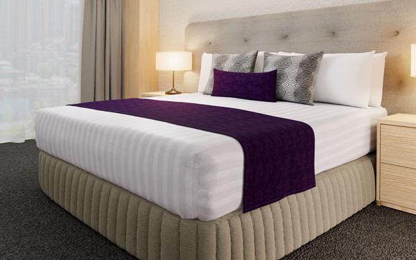 Mẫu tấm trang trí giường đơn sắc được nhiều hotel ưu ái (Hotel Home)