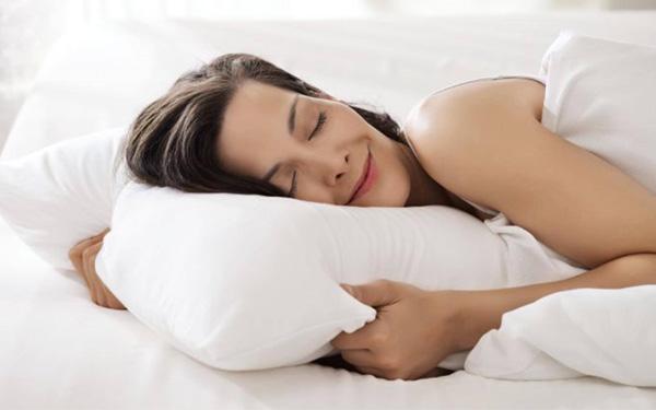 Vì sao khách sạn luôn đặt 4 chiếc gối- Đáp ứng tư thế ngủ khoa học cho khách hàng
