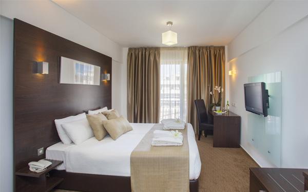 Trang trí nội thất hài hòa và đủ ánh sáng (Amorgos Hotel)
