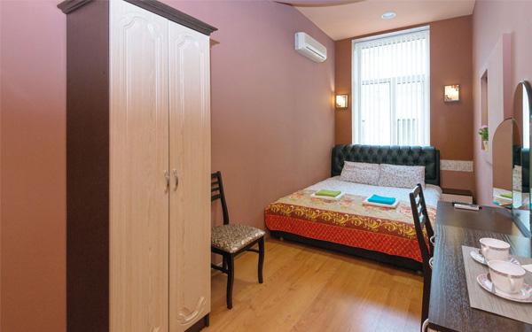 Tủ quần áo là đồ dùng không thể thiếu trong phòng ngủ khách sạn mini