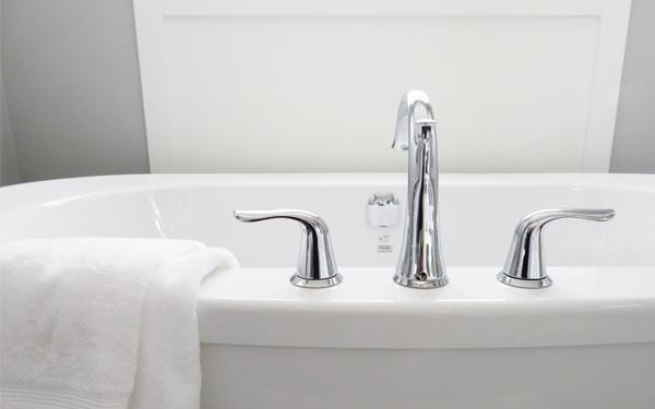 Bồn rửa mặt và khăn lau phòng tắm cần được chuẩn bị đầy đủ