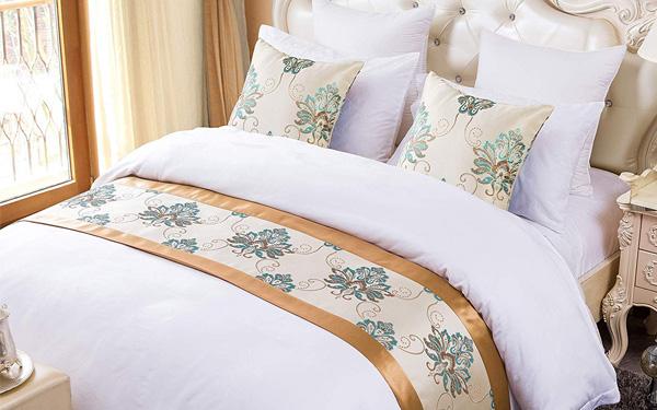 Mẫu tấm trang trí giường hotel với đường viền satin sang trọng