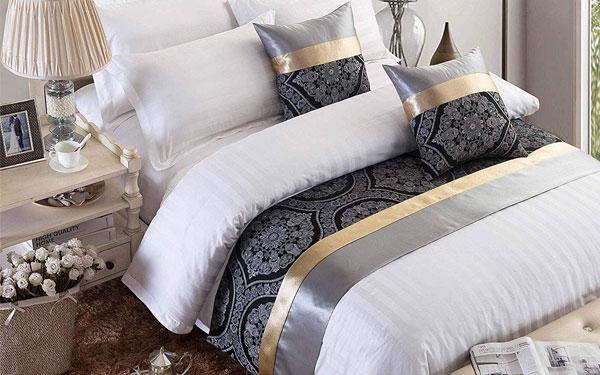 Tấm vải tone sur tone với gối trang trí thường được các khách sạn ưu tiên lựa chọn
