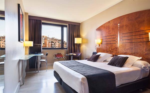 Hệ thống đèn chiếu sáng đầy đủ cho phòng ngủ tiện nghi (City47 Acta Hotels)