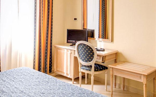 Bàn ghế là đồ dùng nội thất không thể thiếu trong khách sạn 2 sao (Hotel Anna's)