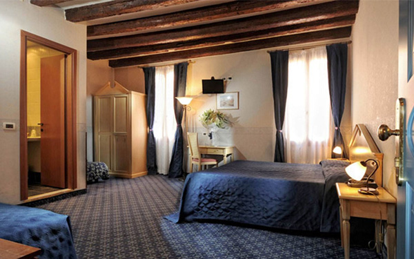 Hệ thống chiếu sáng phòng ngủ đầy đủ và ấm áp (Hotel Tintoretto)