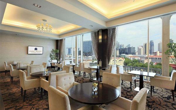 Trang bị bàn ghế đầy đủ và phù hợp với phong cách chung của khách sạn
