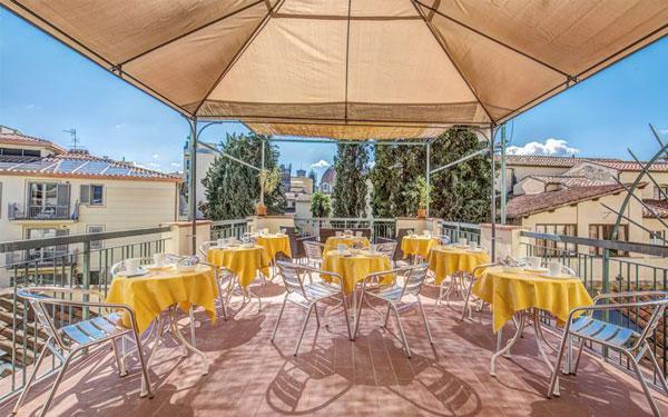 Không gian phòng ăn ngoài trời được thiết kế ấn tượng của khách sạn Hotel Anna's