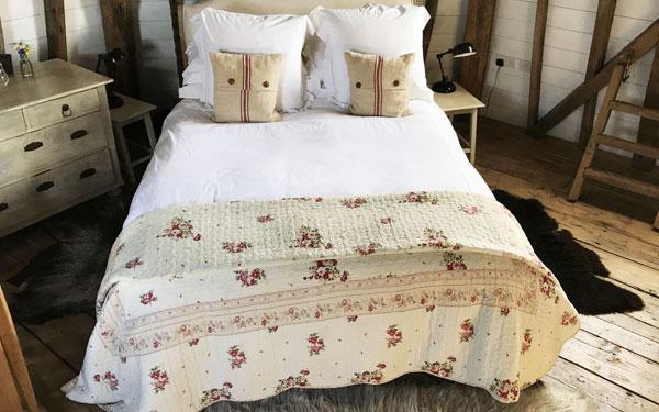 Mẫu tấm trang trí hoa nhỏ tạo không gian lãng mạn cho phòng ngủ