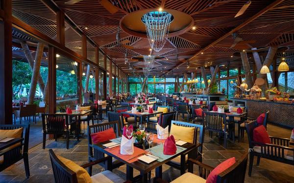 Màu sắc trung tính tạo nên không gian ấm áp của nhà hàng tại Amiana Resort