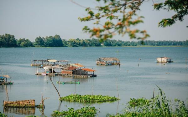 Búng Bình Thiên được nhìn từ xa