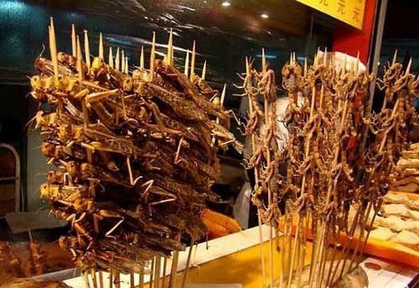 Du khách thưởng thức món đặc sản chợ Châu Đốc