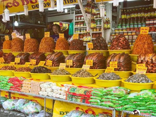 Các sạp hàng đồ khô được bày bán chất cao như núi tại chợ