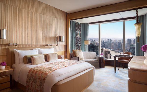 Phòng ngủ với gam màu trang nhã sở hữu không gian mở view đẹp