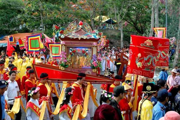 Cảnh rước tượng được đông đảo người dân tham gia tại miếu