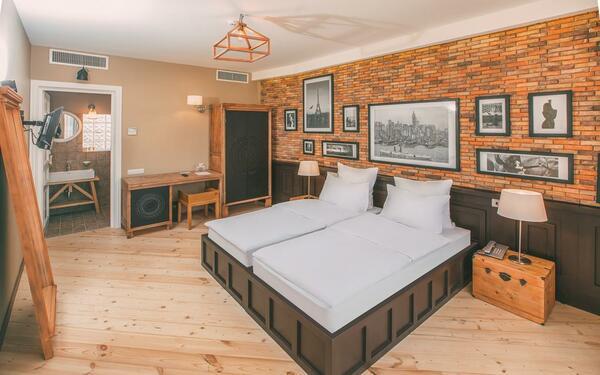 Thiết kế nội thất phòng ngủ hài hòa với những bức tranh cổ điển sang trọng
