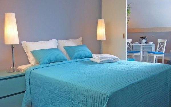 Tông màu trắng xanh nhẹ nhàng của phòng ngủ mang lại cảm giác tươi mới