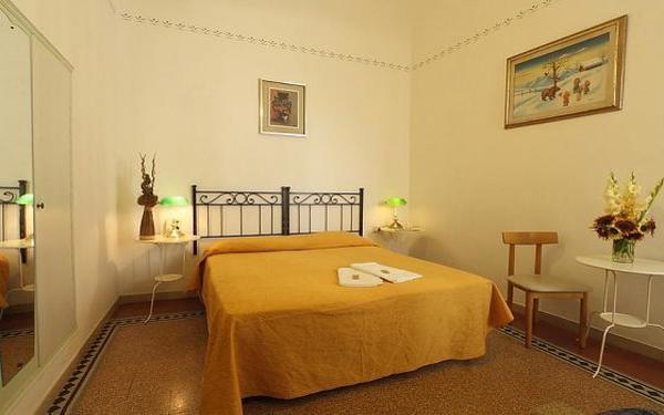 Phòng ngủ được tô điểm bới cách trang trí lọ hoa và tranh ảnh