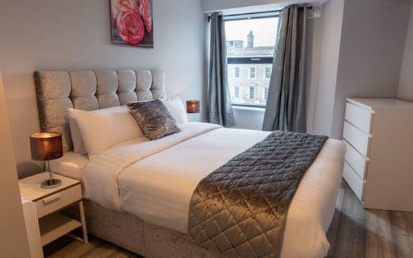 Thiết kế nội thất và tông màu trầm toát lên vẻ sang trọng cho căn phòng