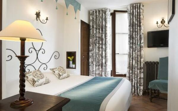 Phòng ngủ được trang trí bằng các họa tiết hoa văn tinh tế