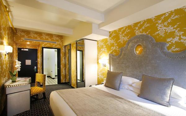 Sắc vàng mùa xuân là màu chủ đạo làm cho phòng ngủ trở nên rực rỡ