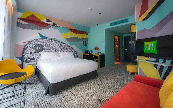 Phòng ngủ tràn ngập những mảng màu tươi sáng nội bật