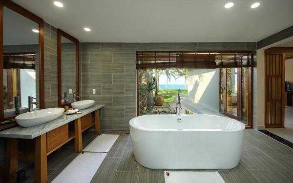 Kiểu phòng tắm hướng ngoại của The Palm Garden Beach Hội An