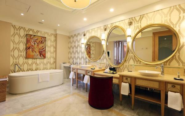 Phong cách thiết kế hơi hướng cổ điển sang trọng của phòng tắm The Grand Hồ Tràm Strip