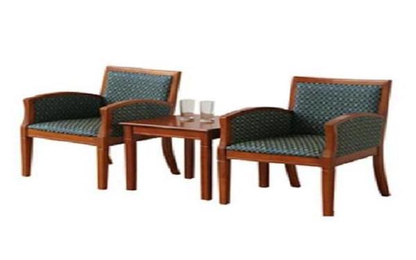 Mẫu bô bàn ghế uống nước bằng gỗ có đệm phổ biến trong phòng ngủ khách sạn 1 sao