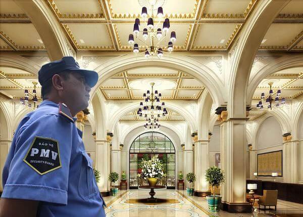 Nhân viên anh ninh kiểm soát khu vực tiền sảnh