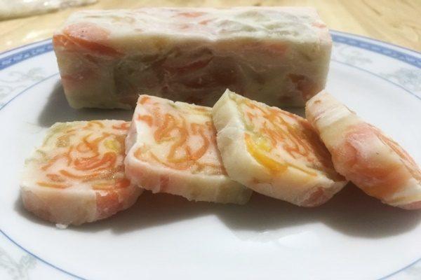 Nhâm nhi từng miếng bánh để cảm nhận trọn hương vị