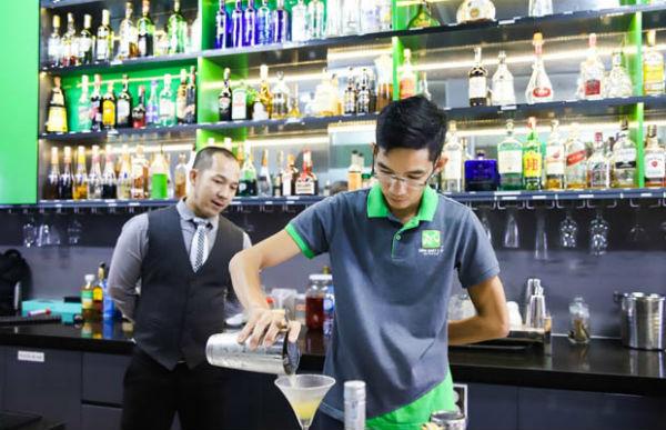 Công việc của một bartender đòi hỏi sự công phu, tỉ mỉ