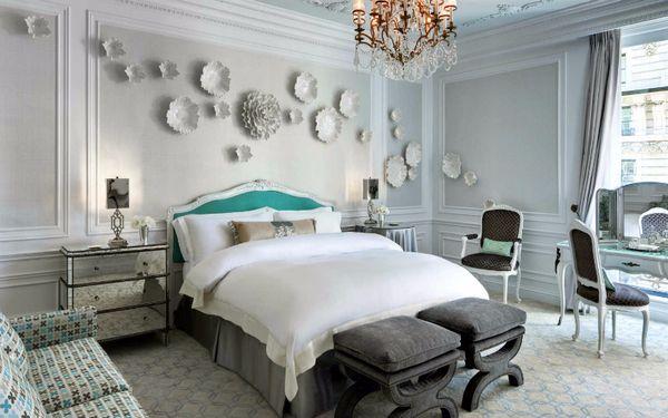 Họạ tiết hoa dán tường nội bật trong không gian phong ngủ