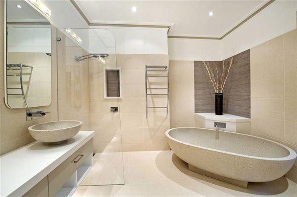 Nhà tắm khép kín trong phòng ngủ với gam màu sáng sạch sẽ