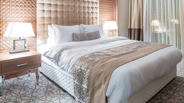 Ga gối giường đều bằng chất liệu cotton trắng. Tấm trang trí vải gấm thêu màu sắc hợp với nền tường