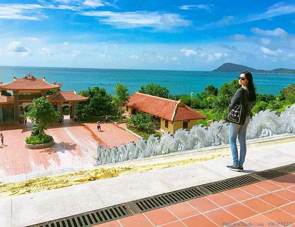 Ngôi chùa có view hướng ra biển