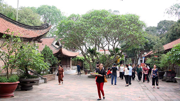 Ngày lễ chùa luôn đông đúc người dân đến dâng hương