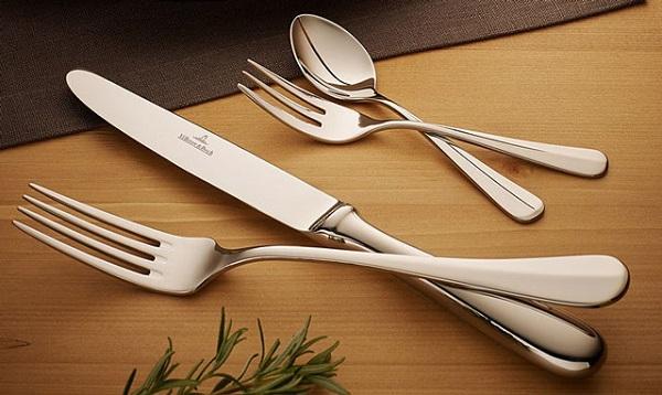 Cutlery là thuật ngữ chỏ các dụng dụng cụ cầm tay như: dao, muỗng, nĩa