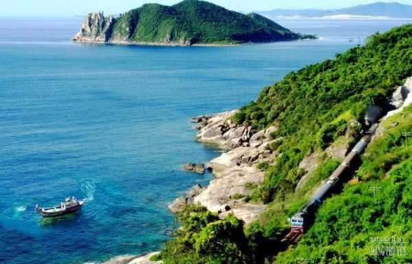 Là nơi giáp biển nên khi đến đây bạn sẽ được ngắm cảnh biển tuyệt đẹp