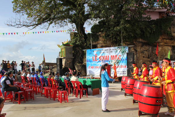 Lễ hội Dinh Cậu được tổ chức hàng năm với rất đông người dân tham gia