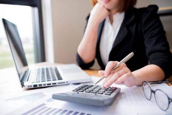 Tính toán, hạch toán và báo cáo là công việc hàng ngày của kế toán khách sạn
