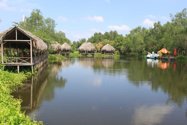Các ngôi nhà có mái lá che phục vụ du khách nghỉ ngơi tại khu du lịch