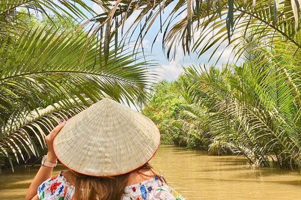 Lênh đênh trên sông ngắm khung cảnh hai bên bờ