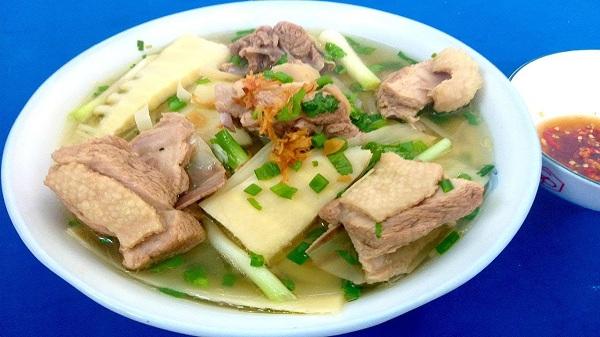 Món canh vịt nấu măng rất 'đưa' cơm và cũng phù hợp để ăn với bún