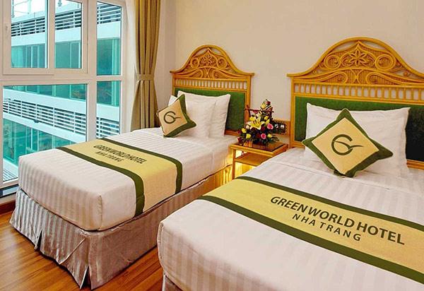 Tên khách sạn được thêu to trên tấm trải giường