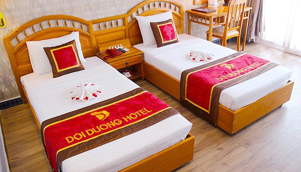 Khi nhìn về chiếc giường vị khách nào cũng có thể nắm rõ tên khách sạn mình đang ở